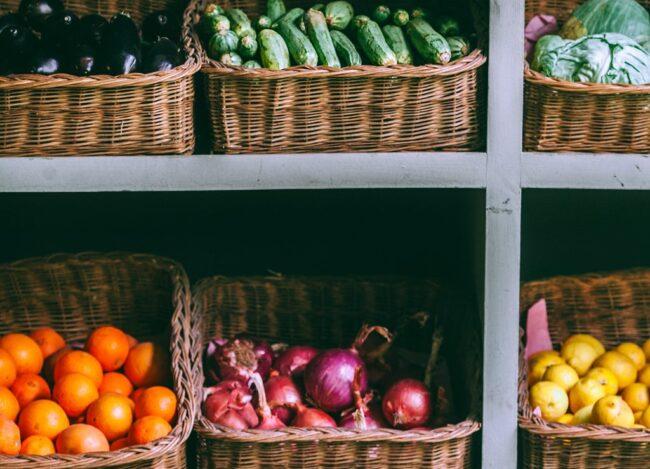Для лука и овощей требуются разные условия хранения